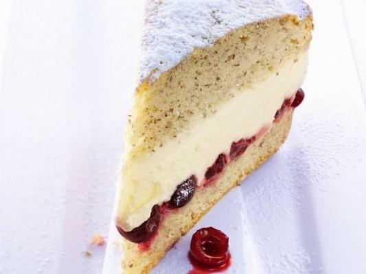 کیک وانیلی با گیلاس